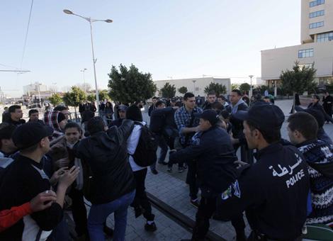 تلاميذ البكالوريا وجها لوجه مع قوات مكافحة الشغب 2014-Protestation_Ly